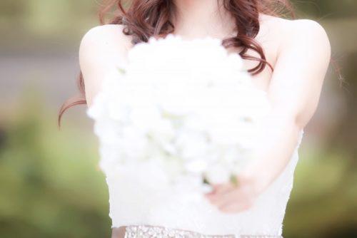 花嫁が花束を持つ風景