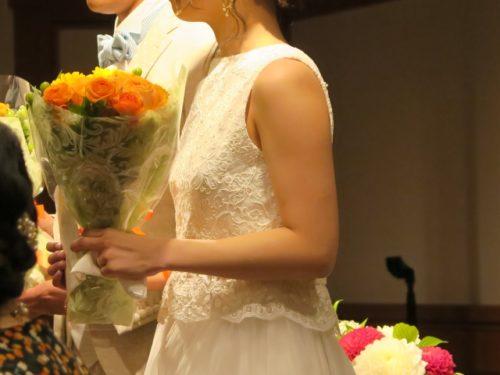 結婚式で花嫁がお花を持ている風景
