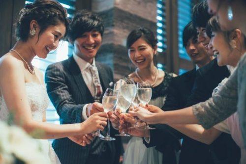 結婚式でゲストが乾杯している様子