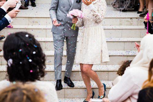 結婚式でのフラワーシャワーの様子